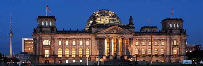 Reichstag breit bei Nacht
